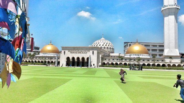 Suasana depan Mesjid Raya Bandung