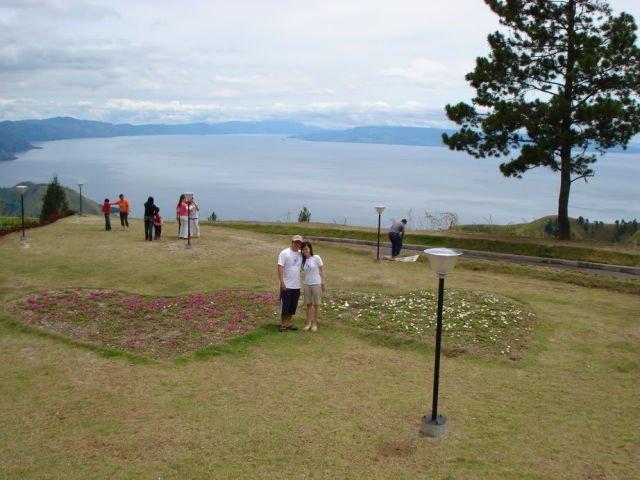 Pemandangan Danau Toba melalui Taman Simalem Resort