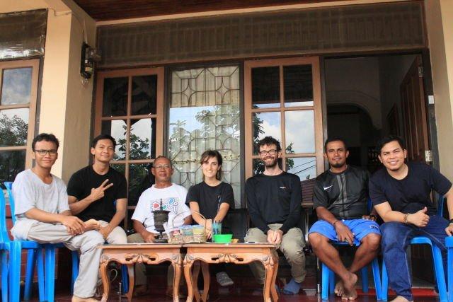 Foto Bersama dengan Travelers dan Orang Tua  yang meng-Host Kami