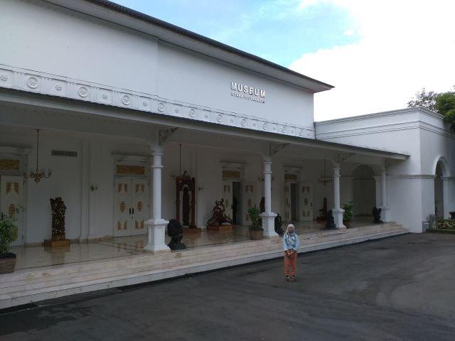 Gedung Seni sono atau disebut dengan museum Istana Yogyakarta.