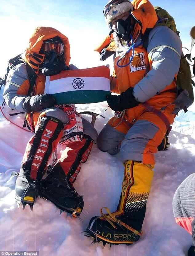 Bersama kawannya yang berusia 16 tahun, mengibarkan bendera India di puncak Everest.