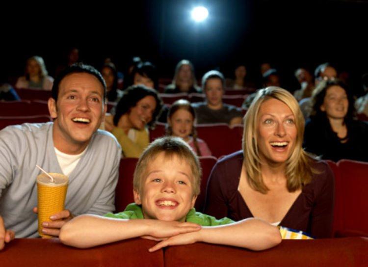 Ilustrasi. Keseruan keluarga dalam nonton bioskop.