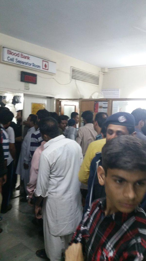 jam 4 dini hari di Rumah Sakit Sheikh Zayed, ratusan orang mengantre untuk donor darah