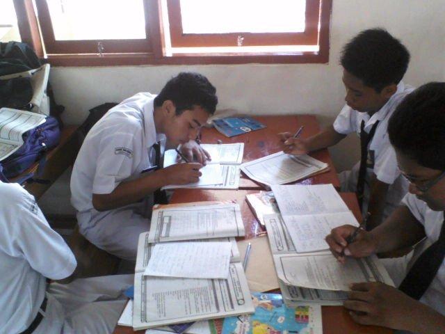 Ngerjain PR sebelum jam pelajaran