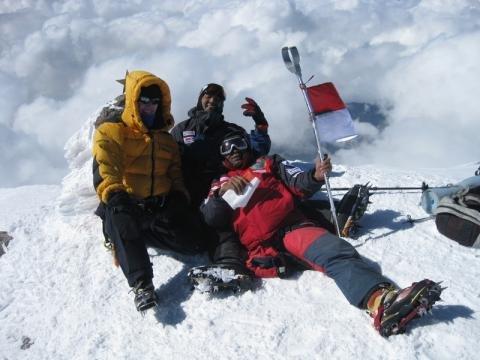 Berpose di puncak Elbrus.