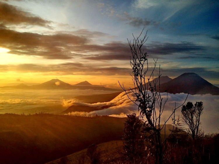 Penampakan sunrise dari puncak Prau.