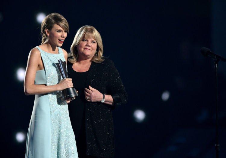Taylor bersama ibunya