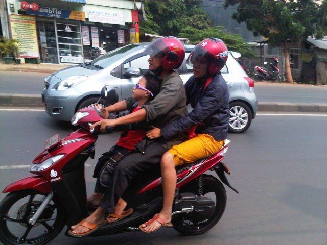 Naik motor bareng keluarga