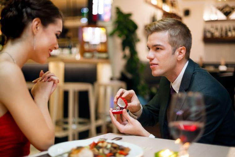 Makan malam lengkap dengan sekotak cincin, siapa yang tak mau?