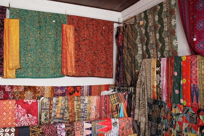 Salah satu toko batik di Ubud, Bali.