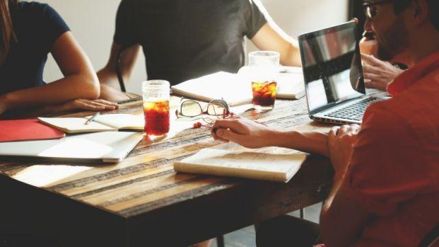hubunganmu dengan bos seringnya tak ada kecocokan, atau justru lebih seperti rekan