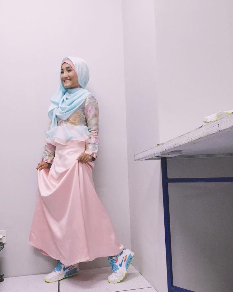 Tampil girly nan beda dengan memadankan dress pink dan sepatu sporty.