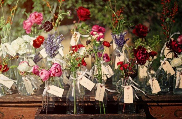 Kamu bisa memilih seikat bunga mawar segar sebagai souvenir pernikahanmu.