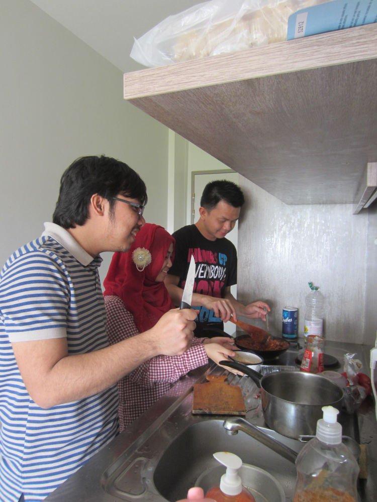 Manfaatkan temen yang bisa masak :D