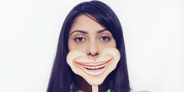 Memalsukan senyum adalah keahlian yang perlu dikuasai