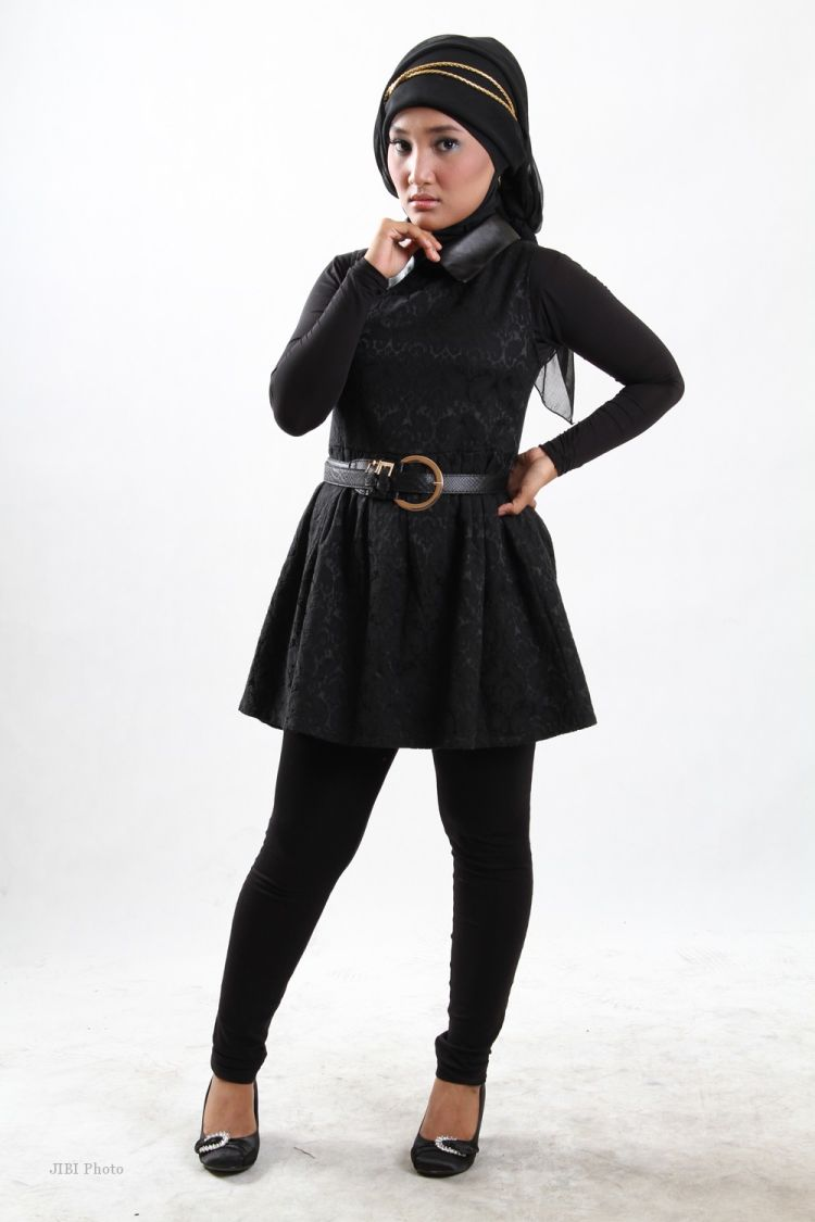 Outfit serba hitam bikin kamu tampak lebih jenjang.