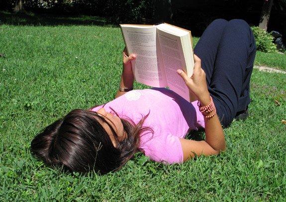 Menyibukkan diri dengan membaca buku