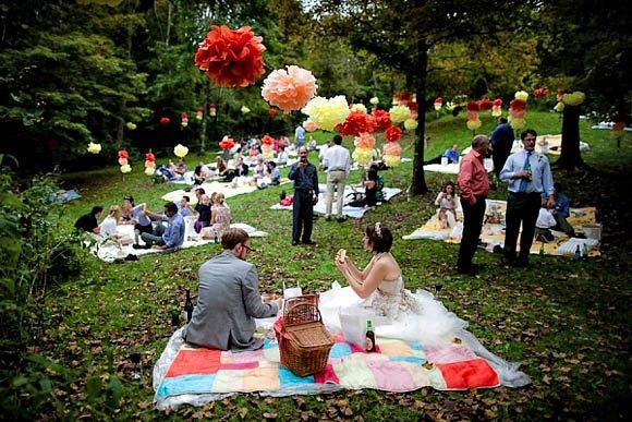 Taman yang bebas dari serangga dan rumputnya bebas dipandang, akan sangat nyaman untuk tamu undanganmu.