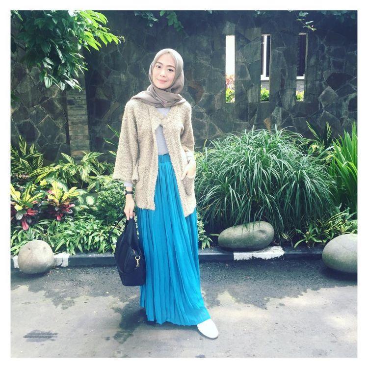 biar lebih cerah, pakai rok polos warna biru @ayuaryuli