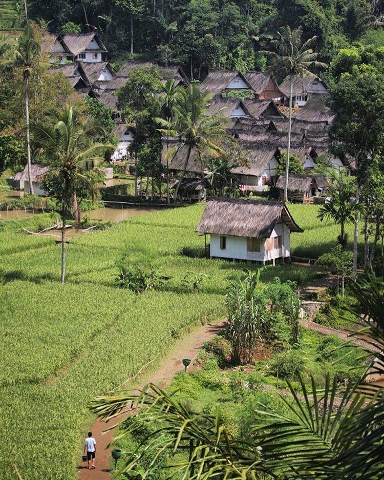 Masyarakat Kampung Naga hidup tanpa listrik.