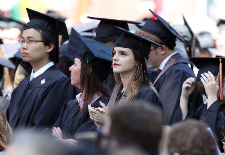 Emma Watson, lulus dari Sastra Inggris University Brown tahun 2014 lalu