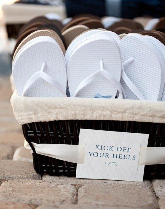 Sedia sandal saat ke pantai. Untuk tamu undanganmu.