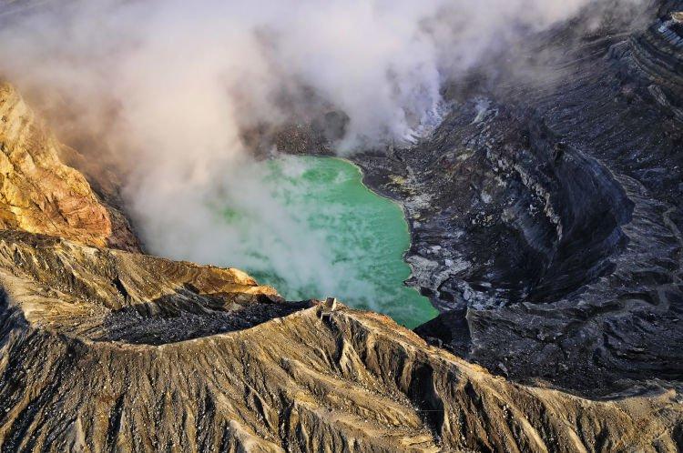 Gunung Aso di Kumamoto adalah gunung dengan salah satu kaldera terbesar di dunia