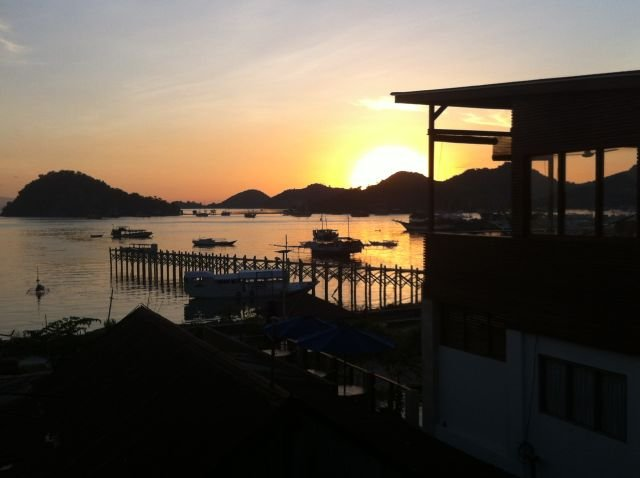 Sunset dari jalan utama Labuan Bajo