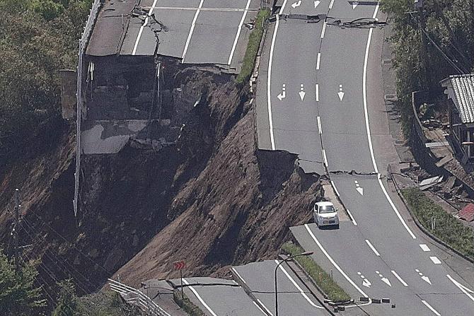 Jalan-jalan utama terputus