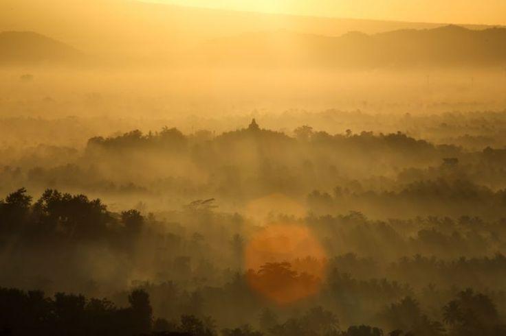 Yang merona dari balik Borobudur.