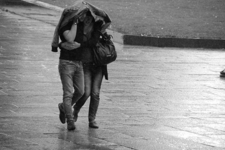 Hujan tuh favorit banget buat pelukan dan .....
