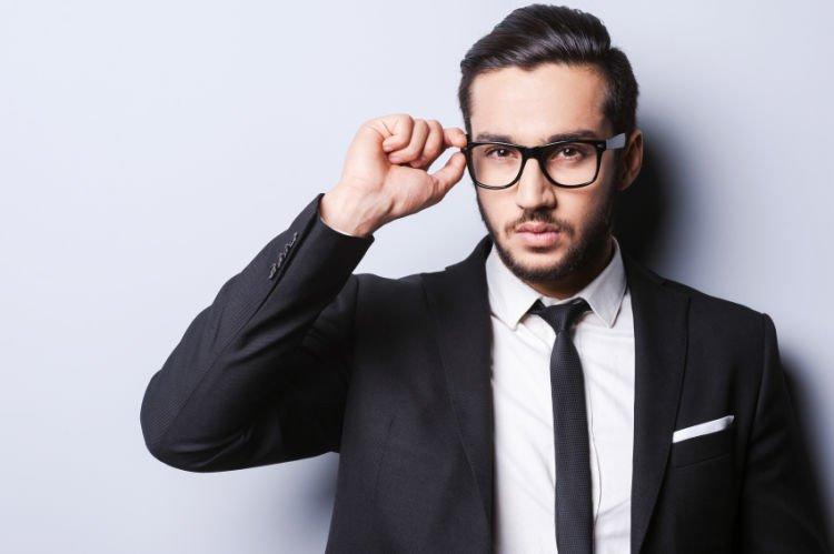 Model kacamata untuk cowok dengan wajah hati
