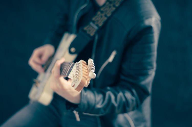Genjreng gitar sambil nyanyi