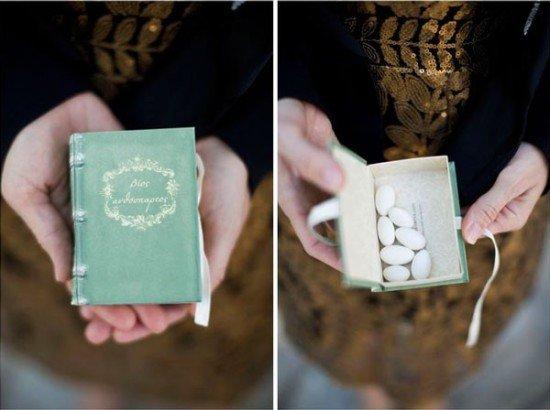 Permen di kotak buku