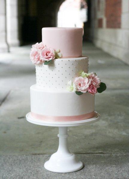 Dekorasi dari bunga mawar merah muda