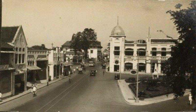 Pernah lihat ada alun-alun ini di Surabaya? Tua.