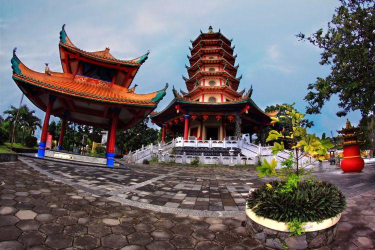 Pagoda yang menjulang tinggi.