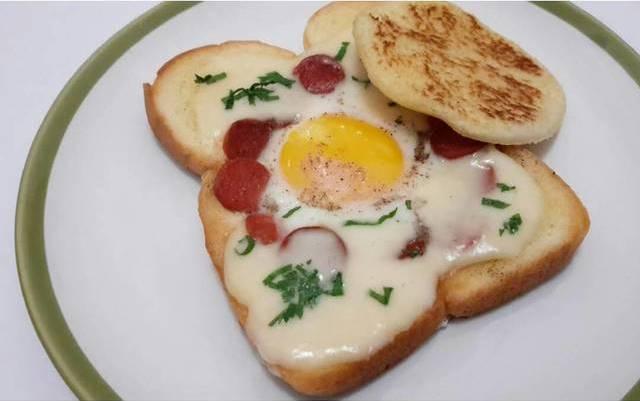 roti panggang telur dengan lelehan keju