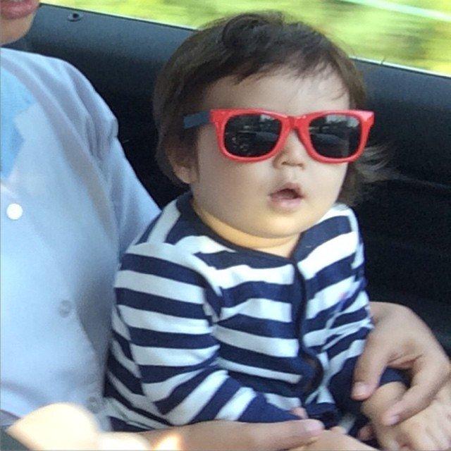 Bahkan saat lagi dalam perjalanan di mobil pun Baby El tetap eksis!