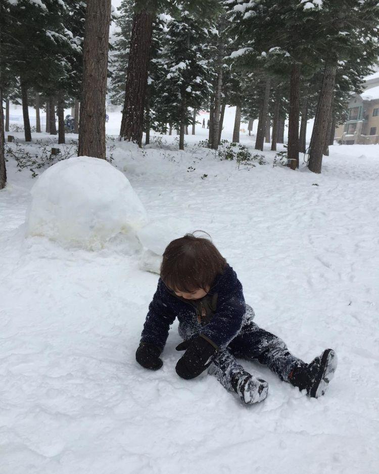 Baby El lagi asyik main salju.