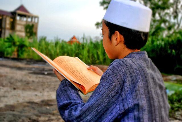 santri membaca kitab gundul