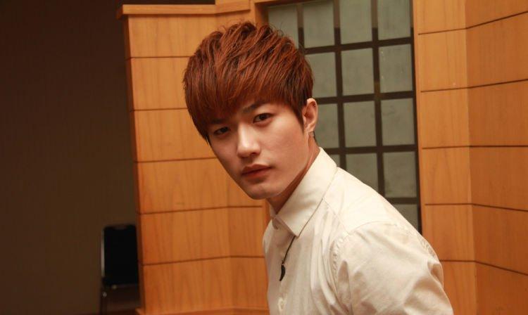 Lee Jeong Hoon, tenar berkat gaya bicara khasnya yang bikin kocak.