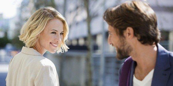 man-staring-at-woman-smiling (1)