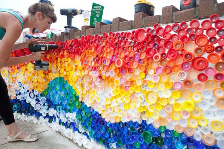 Tutup botol dengan berbagai warna untuk menghias pagar