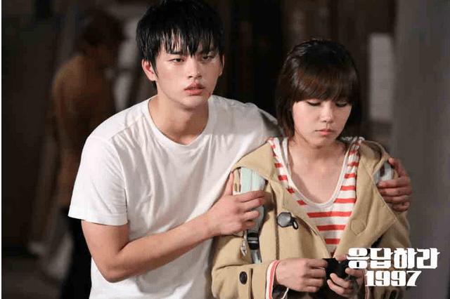 Seo In Guk dan Eun Ji di Reply Me 1997.