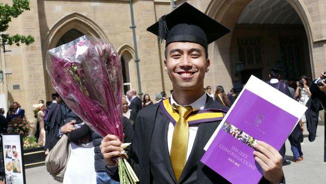 Vidi meraih gelar cumlaude dari universitas di Inggris.