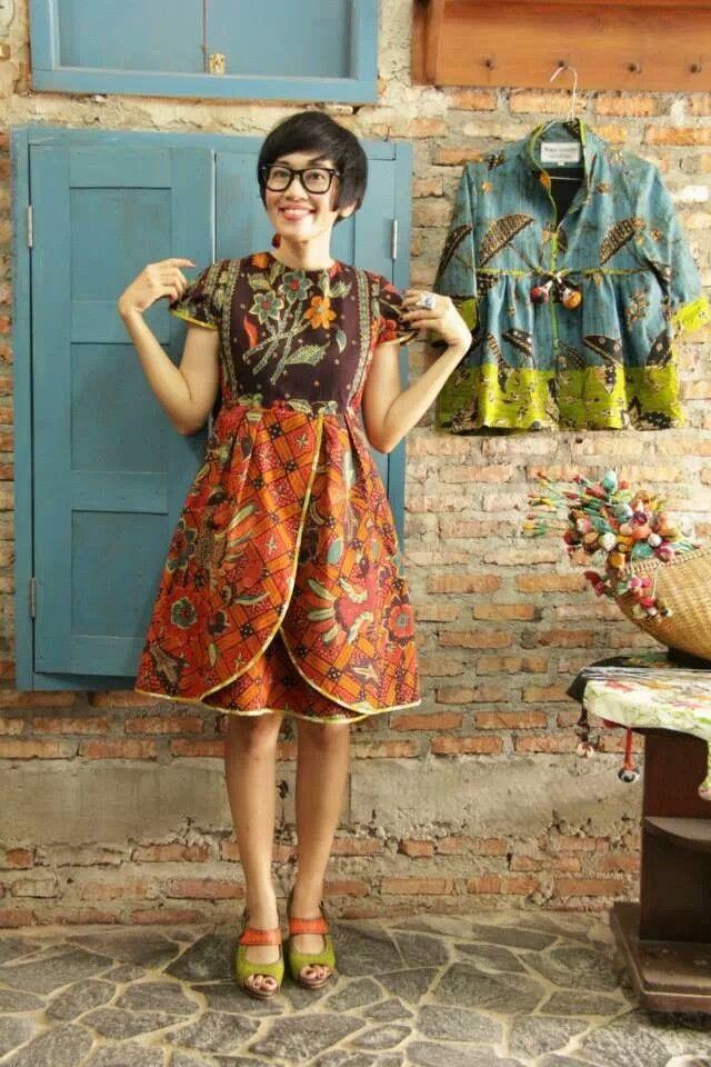 Dress batik midi dengan model layer tumpuk di rok