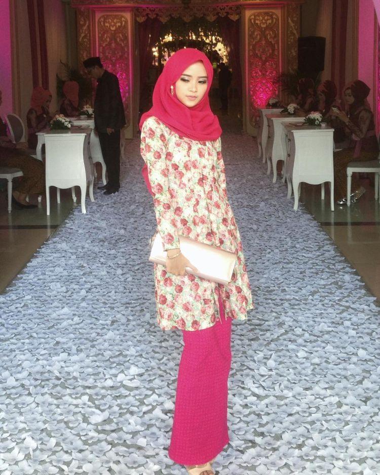 Kebaya dengan ukuran agak panjang wajib dicoba untukmu yang berhijab. Pink untuk hijab dan rokmu, aiiiih makin sedap dipandang dari kejauhan