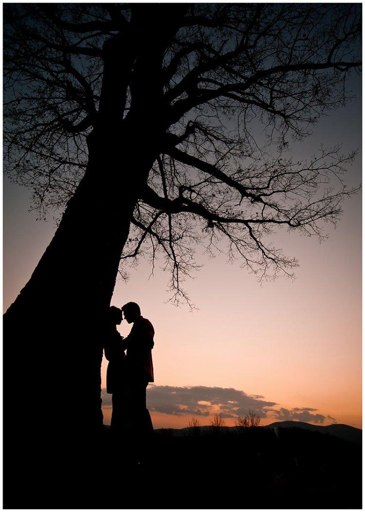 Bersandar romantis di bawah pohon