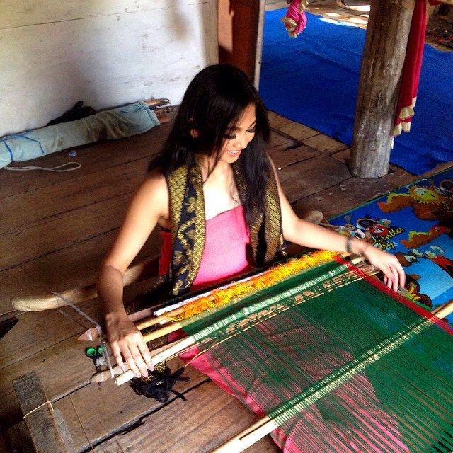 Lili belajar menenun di Sumbawa.